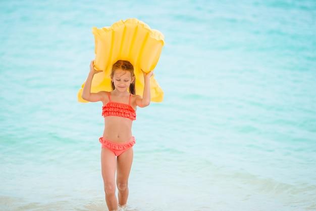 Милая маленькая девочка наслаждается отдыхом в бассейне