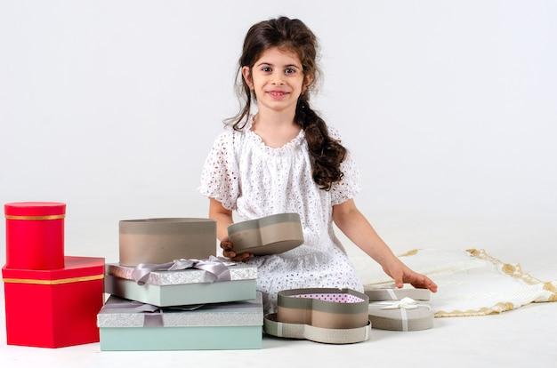 귀여운 작은 girl.gifts.boxes.space 텍스트