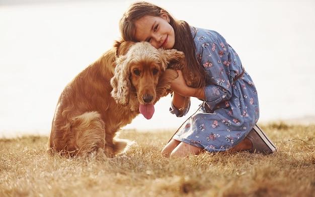 귀여운 소녀는 화창한 날 야외에서 그녀의 강아지와 함께 산책을
