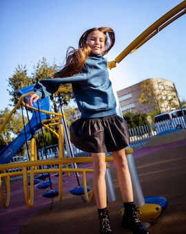 Bambina sveglia divertendosi al parco giochi