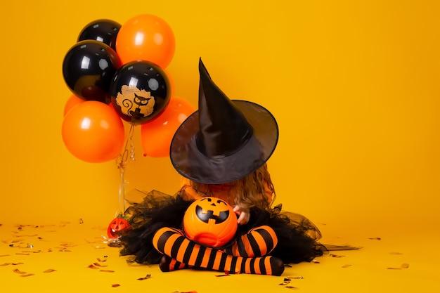 Милая маленькая девочка в костюме ведьмы на хэллоуин