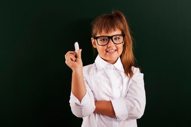 手にチョークとメガネのかわいい女の子
