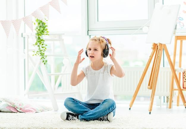 헤드폰 노래에 귀여운 소녀