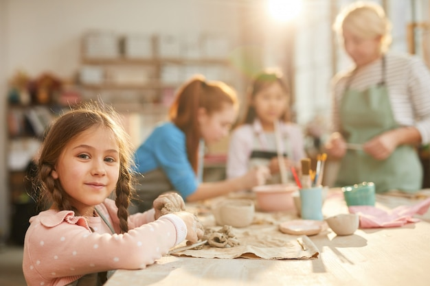 Милая маленькая девочка в классе керамики