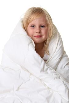 Милая маленькая девочка в белом одеяле