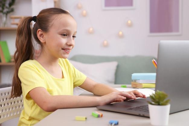かわいい女の子が部屋の中で宿題をしている