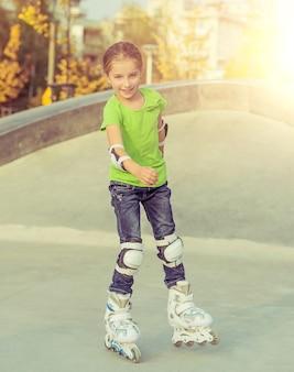 公園でローラー スケートでかわいい女の子 Premium写真