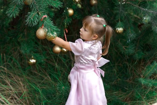 크리스마스 장식의 배경에 귀여운 소녀
