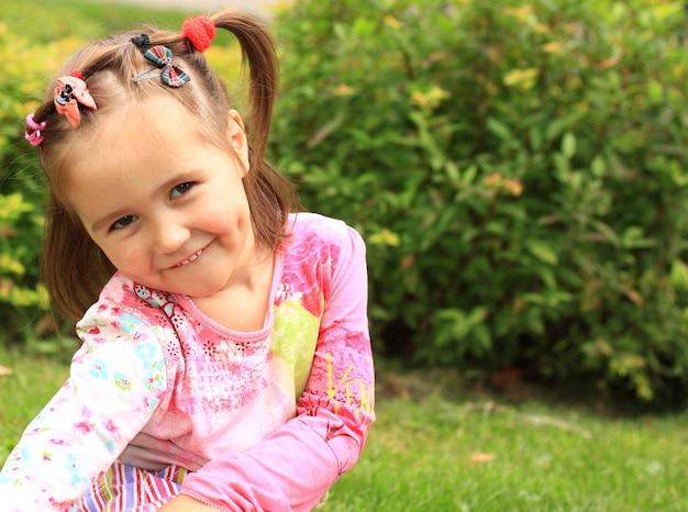 여름 날에 초원에 귀여운 소녀