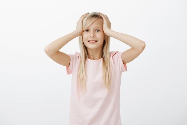 Милая маленькая девочка в панике, выглядит испуганной и обеспокоенной