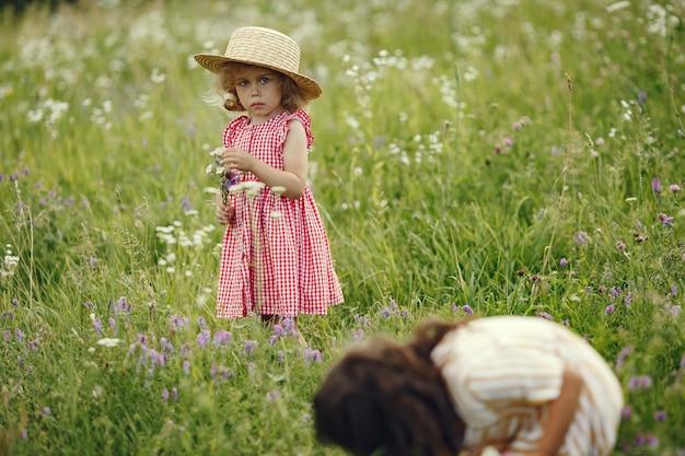 夏の畑で遊ぶかわいい女の子