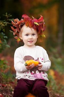 가 공원에서 야채 골수를 가지고 노는 귀여운 소녀. 어린이를 위한 가을 활동. 가족을 위한 할로윈과 추수감사절 시간.