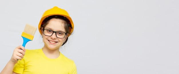 흰색 배경 배너 복사 공간 위에 큰 브러시로 벽을 칠할 준비가 된 귀여운 소녀