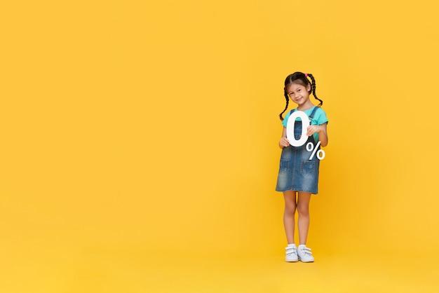 Милая маленькая девочка показывает 0% числа
