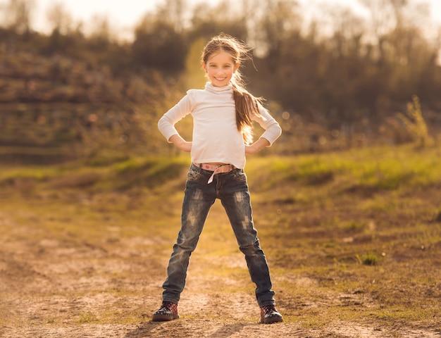 道路に立っているかわいい女の子