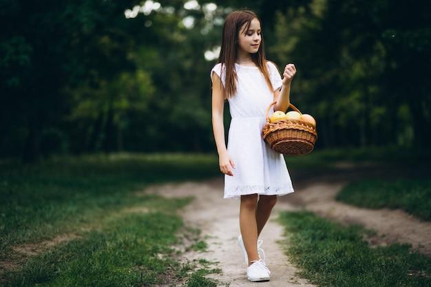 果物のバスケットでかわいい女の子