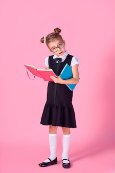 メガネとピンクのスペース、テキスト用のスペースの本とかわいい女の子。読書のコンセプト