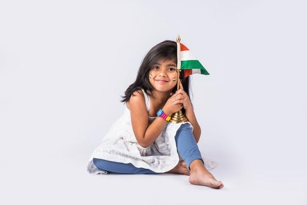 인도 국가 삼색 깃발, 흰색 배경 위에 격리와 귀여운 소녀. 독립 기념일 또는 공화국의 날 개념에 적합