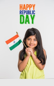 인도 국가 삼색 깃발, 흰색 배경 위에 격리와 귀여운 소녀. 독립 기념일 또는 공화국 기념일 인사말 개념에 적합