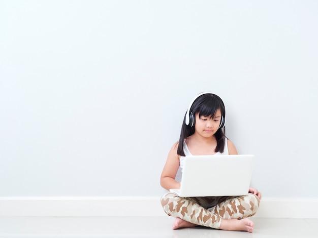 自宅のラップトップでかわいい女の子