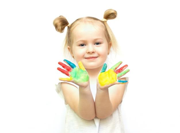 塗られた手を持つかわいい女の子。白い背景で隔離。