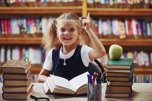 おさげのかわいい女の子が図書館にいます