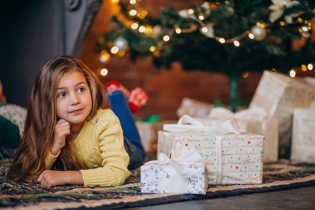 クリスマスツリーのプレゼントとかわいい女の子