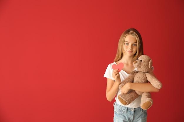 赤いハートとテディベアのかわいい女の子