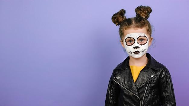 Милая маленькая девочка со страшным макияжем на хэллоуин