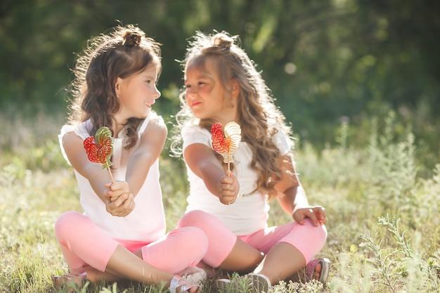 Симпатичные маленькие подруги веселятся вместе