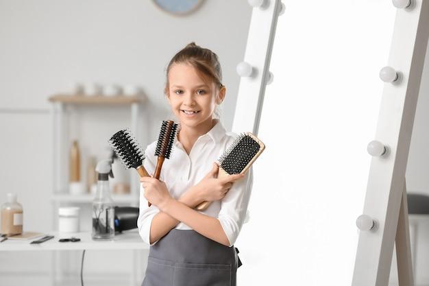 ビューティーサロンでかわいい美容師