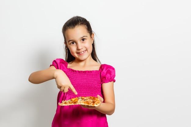 Милый маленький индийский азиатский ребенок девушки есть вкусную пиццу. постоянный изолированные на белом фоне.