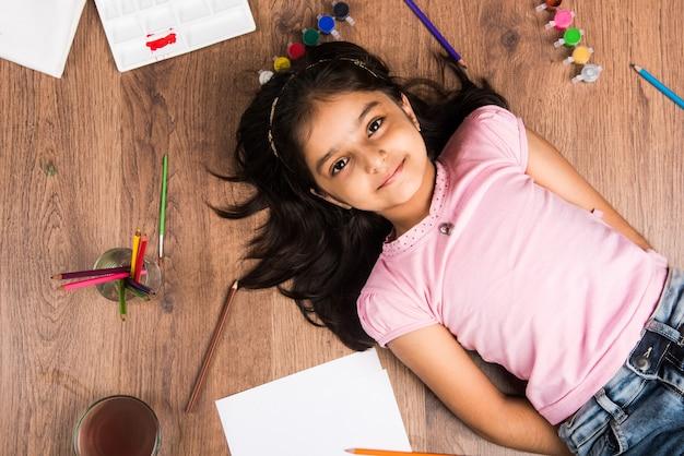 かわいい小さなインド人またはアジア人の女の子の色、色、鉛筆などでの描画またはペイント