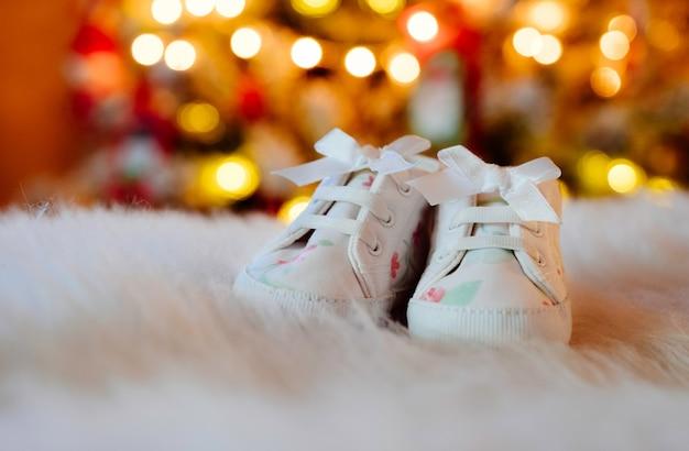クリスマスツリーでかわいい幼児の靴。
