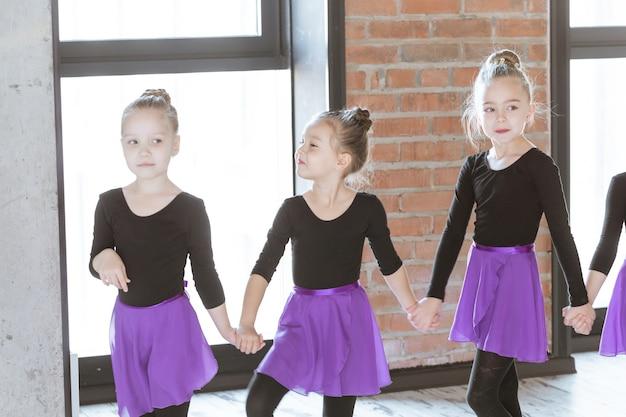 댄스 스튜디오에 있는 귀여운 꼬마 댄서들