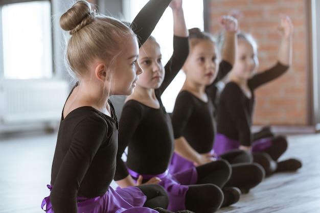 Симпатичные маленькие дети танцоров на танцевальной студии