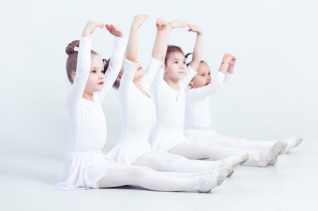 白い背景のかわいい小さな子供ダンサー振り付けダンス