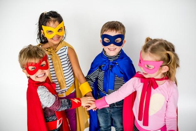 スーパーヒーローを演じるかわいい子供たち