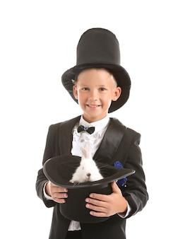 Милый маленький волшебник держит шляпу с изолированным кроликом