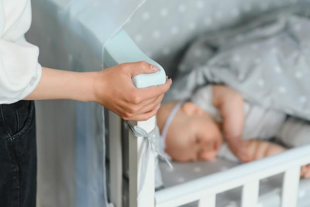Милый маленький новорожденный ребенок мирно спит