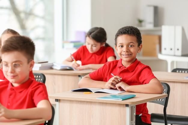 교실에서 수업 중 귀여운 작은 눈동자