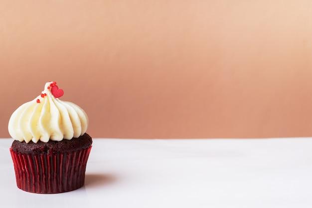 화이트 크림 컵 케이크, 달콤한 디저트 개념에 귀여운 작은 붉은 마음