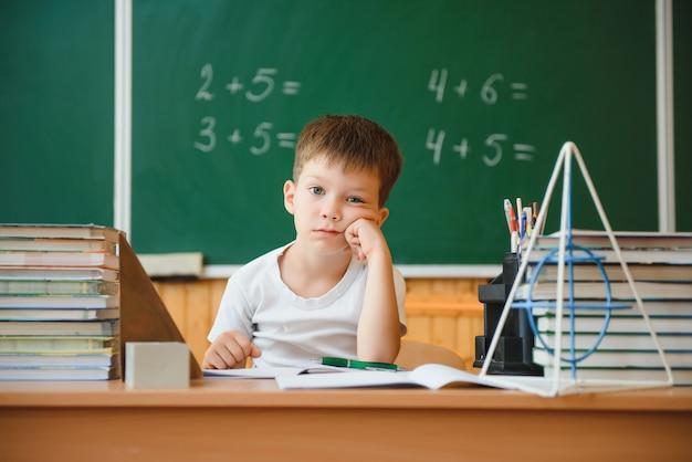 教室に座っているかわいい少年