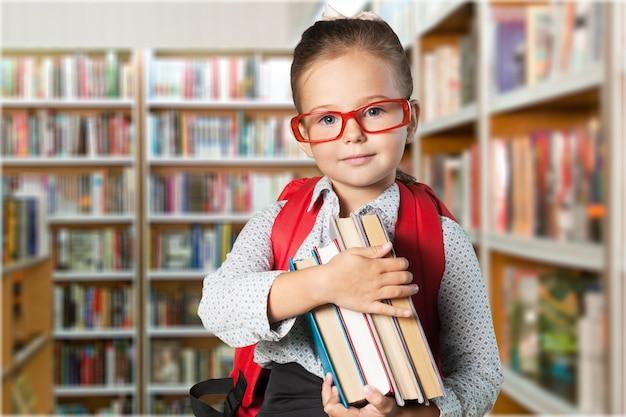 図書館の背景にメガネでかわいい女子高生