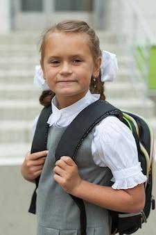 彼女の制服を着たかわいい女子高生