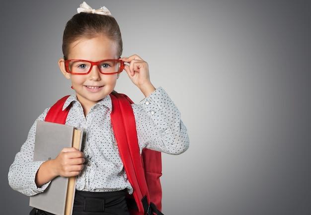 칠판 배경에 귀여운 작은 여학생