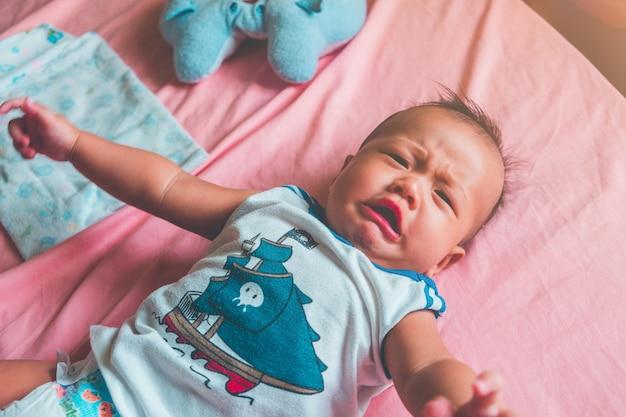 かわいい小さな6ヶ月のアジアの赤ちゃんの泣き声