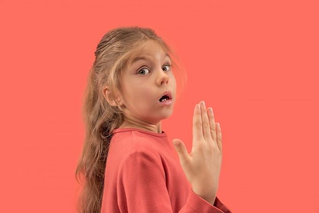 長い髪を笑顔でサンゴのドレスでかわいい小さな驚いた女の子