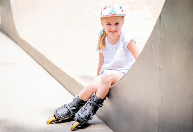 公園でローラースケートのかわいい小さな女性