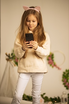 Vlogのためにカメラの前で話すかわいい素敵な美しい女の子。